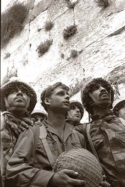 Izraelští vojáci u Zdi nářků, autor: David Rubinger